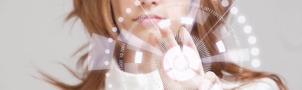 žena v pozadí s rukou dotýkajúcou sa digitálneho displeja vo význame EDI v spoločnosti Slovnaft