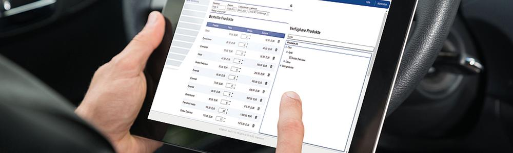 osoba s tabletom v rukách pracujúca v informačnom systéme QI