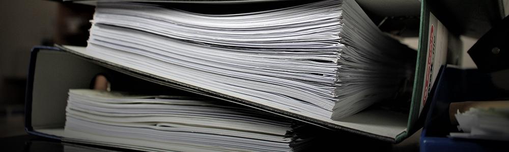 papierové šanóny symbolizujúce vo význame bezpapierová kancelária a automatizované procesy
