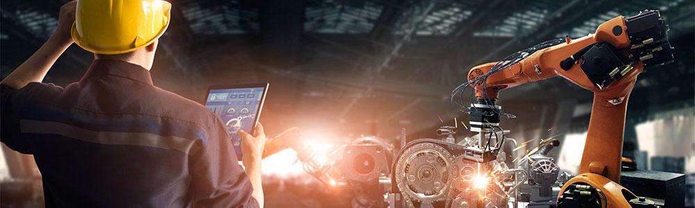 pracovník v automobilovom priemysle pozerá na tablet, vo význame GEWE-TEC využíva EDI vo svete automotive